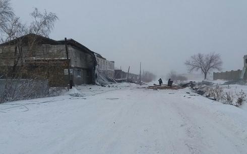В Караганде с двухэтажного здания сорвало крышу