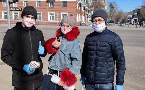 Акцию по раздаче масок карагандинцам провели представители Ассамблеи народа Казахстана