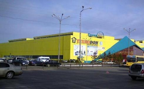 Труп мужчины обнаружили в машине на парковке крупного ТЦ в Караганде