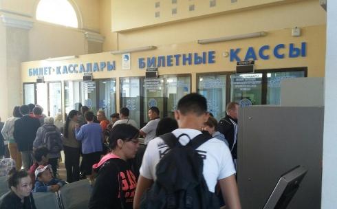 Карагандинцы жалуются на очереди к кассам железнодорожного вокзала