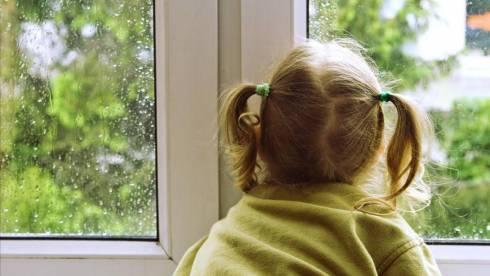 Как уберечь детей от падения из окон