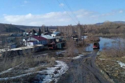 Разлившаяся река подтопила дворы в Карагандинской области