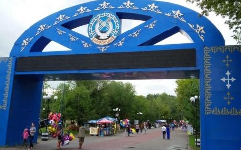 В Караганде на главной аллее Центрального парка меняют брусчатку