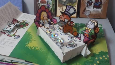 Выставка, посвящённая 160-летнему юбилею книги «Алиса в стране чудес», проходит в Темиртау