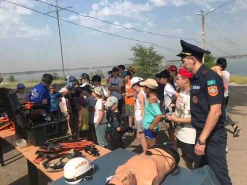 Выставка спасательного оборудования была организована для карагандинских детей
