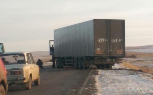 Сотрудники полиции спасли водителя замерзшего на трассе грузовика