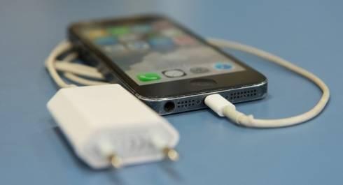 Что делать, чтобы не убило током от зарядного устройства телефона