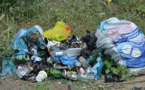 Пляж Фёдоровского водохранилища завален мусором