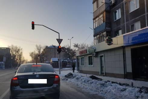 В Караганде,несмотря на зимний период, производят замену опор освещения