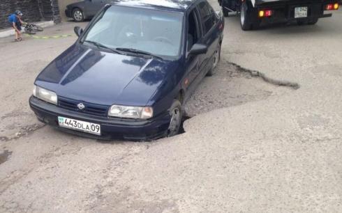 Автомобиль провалился под землю