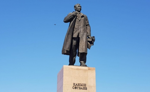 В Караганде возложили цветы к памятнику Каныша Сатпаева