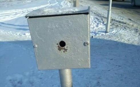 В Караганде восстановили одну из кнопок включения зеленого сигнала светофора