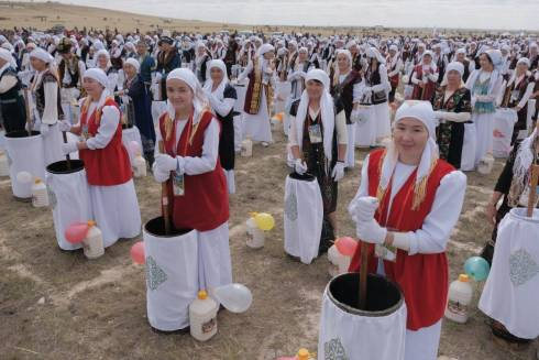 Мировой рекорд: 1 000 жанааркинцев взбили одновременно 10 тысяч литров кумыса