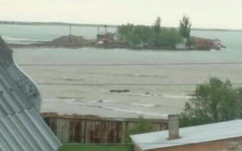 Вышедшее из берегов озеро Балхаш затопило окраину поселка Сары-Шаган