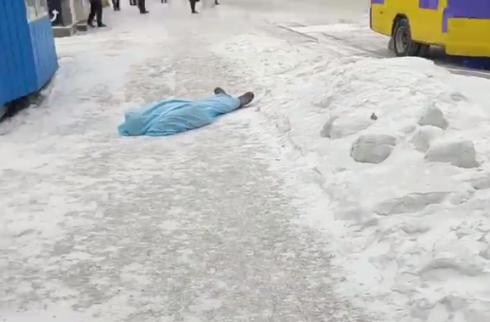 Труп неизвестного мужчины лежал на остановке в Караганде