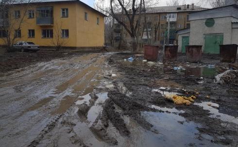 Один из дворов в центре Караганды настолько плох, что люди не могут дойти до дома без резиновых сапог