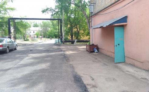 В Караганде при асфальтировании дорог во дворах оставляют «проплешины»