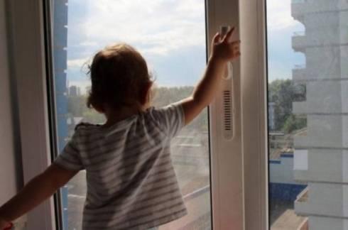 Трое детей за сутки выпали из окон в Казахстане