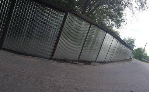 В Караганде на месте тротуара появился забор