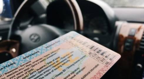 Обновить дизайн водительских прав и техпаспортов предложили в МВД