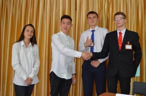 В Караганде прошли показательные дебаты среди школьников