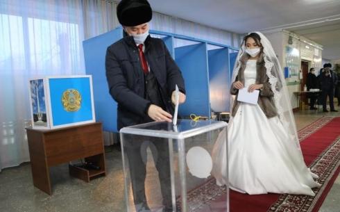 В Караганде молодожёны проголосовали на выборах