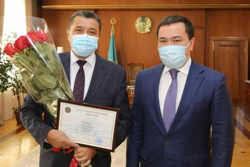 С юбилеем Жаксыгельды Кемалова поздравил аким Карагандинской области