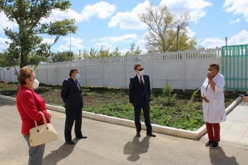 Сенатор Рыскали Абдикеров посетил школы и медучреждения Карагандинской области