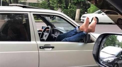 Накажут ли пассажира за высунутые ноги или руки из окна машины