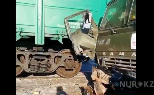 КамАЗ столкнулся с грузовым поездом в Карагандинской области