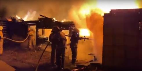 В Темиртау сгорел деревянный сарай с углем на площади 200 квадратных метров