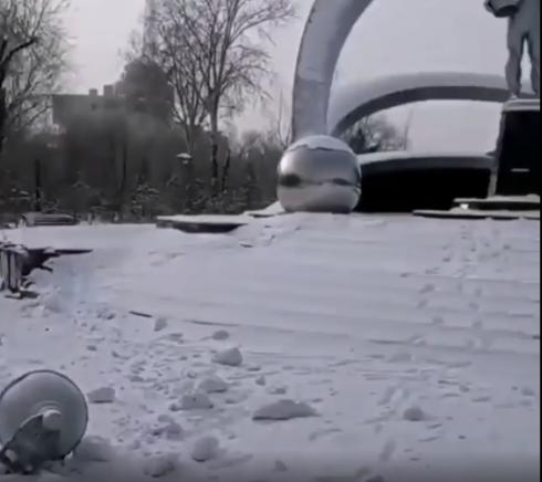 Карагандинские полицейские ищут виновника ДТП, который врезался в памятник на площади Гагарина