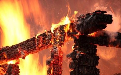 Трое детей и мужчина погибли при пожаре в Карагандинской области