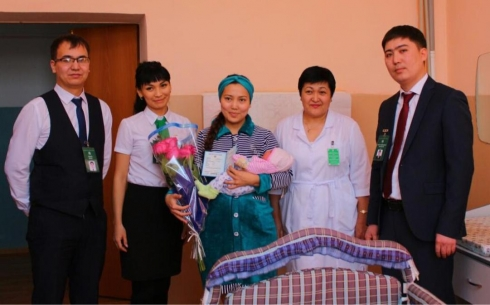 Родители новорождённых детей в Карагандинской области заказывают свидетельства о рождении по СМС