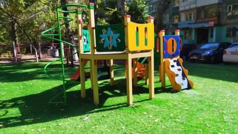 Аким Караганды проверил качество установки детских площадок