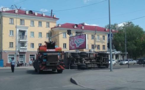 На одной из улиц Караганды перевернулся грузовик