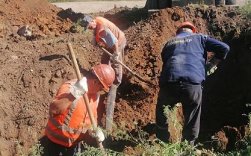 В Караганде продолжают внепланово менять водопроводную линию