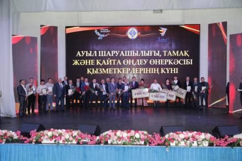 Лучших аграриев Карагандинской области наградили в честь профессионального праздника