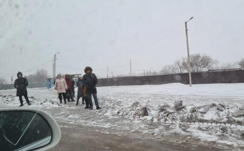 Жители Майкудука дожидаются автобусов на неблагоустроенных остановках