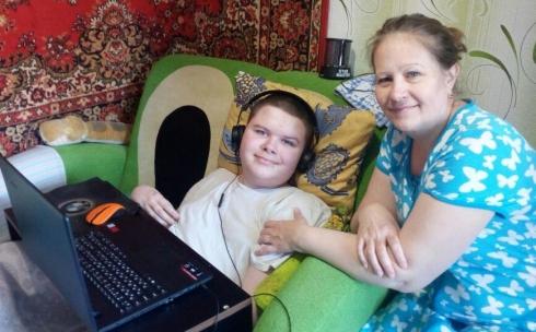 Денису Попову таинственный благодетель подарил ноутбук