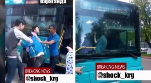 Кондуктор и пассажир подрались на остановке в центре Караганды