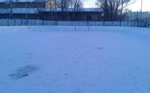 Карагандинец пожаловался на заснеженные ледовые корты школ