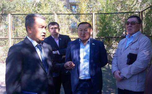 Депутаты городского маслихата осмотрели благоустраиваемые дворы Октябрьского района