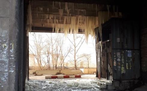 Карагандинцы пожаловались на нависшие сосульки в арке жилого дома