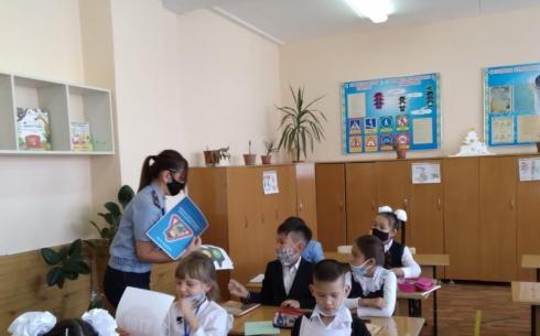 Сотрудники полиции Карагандинской области разъясняют школьникам правила дорожного движения