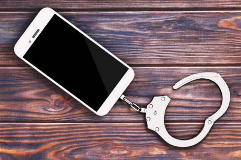 Зашла попить воды: женщина похитила телефон у жительницы Сатпаева
