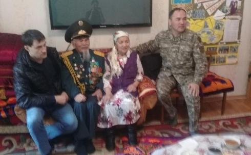 Военнослужащие воинской части 31775 поздравили ветеранов