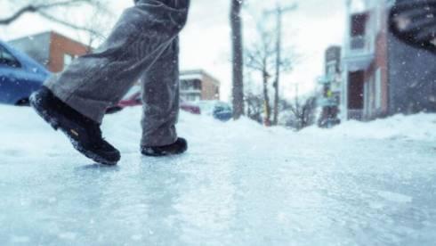 Жалобы в социальных сетях по поводу гололёда на тротуарах справедливы – аким района Казыбек би