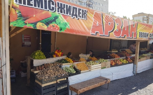 В Караганде продавец рынка, устроив конфликт, отказалась продавать персики покупателю