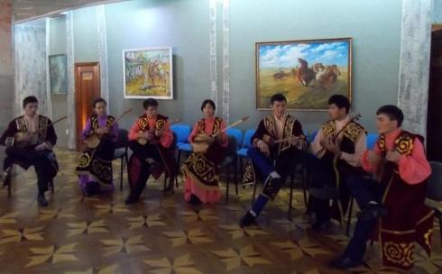 «Перекличку» студентов-домбристов устроили в карагандинском вузе